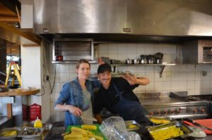 Anja mit Küchenchef Rickey