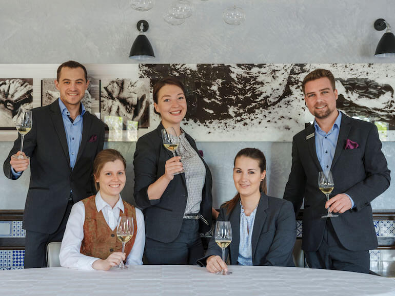 Soelring-Hof_Servicemitarbeiter-mit-Weinglas_Weinlevel-3