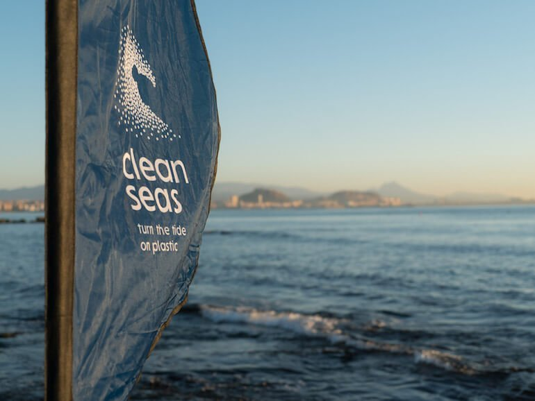 Volvo-cleanseas_Alicante-Beach_Clean-Landscape-flagge am strand