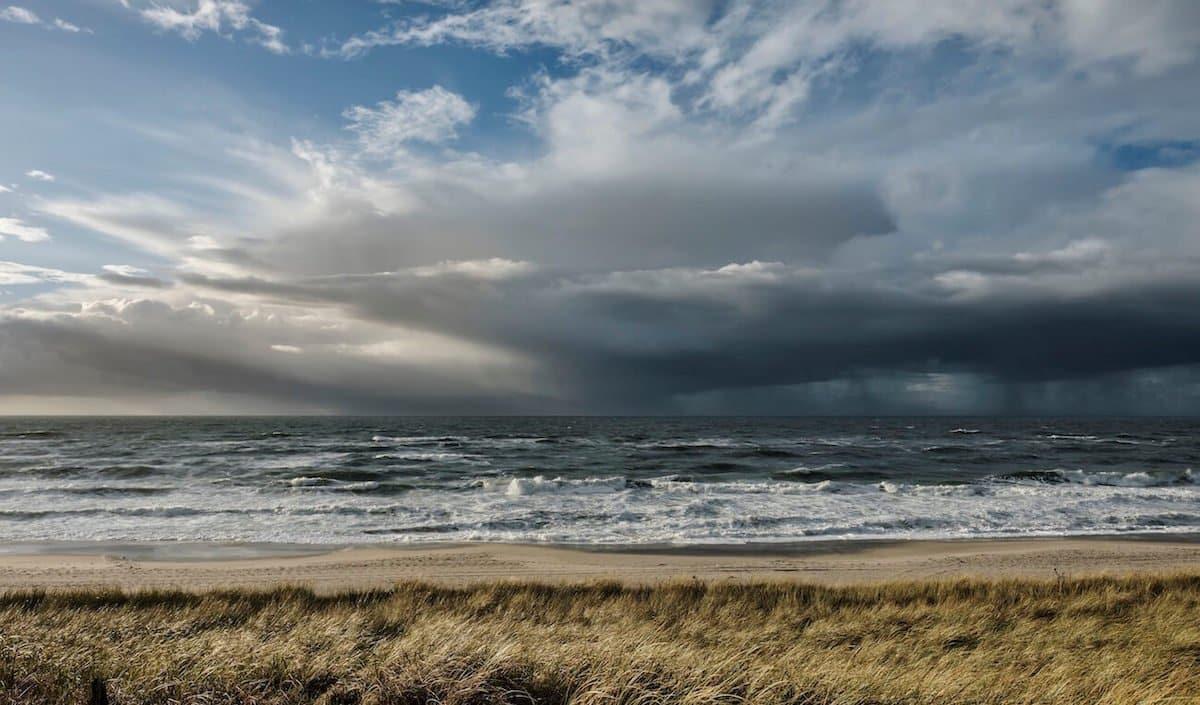 Der Himmel zeigt sich ähnlich stürmisch wie das Meer