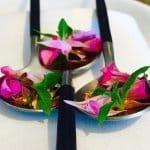 Geranium Blüten auf Löffel
